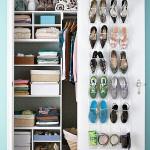 Manfaatkan pintu lemari untuk jadi tempat menyimpan sepatu Anda.