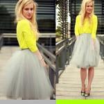 Rok tutu kelabu yang cantik dan kemeja kuning simple akan memperlihatkan sisi feminin Anda.