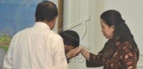 Sosmed Heboh dengan Beredarnya Foto Menteri Yuddy Cium Tangan Puan