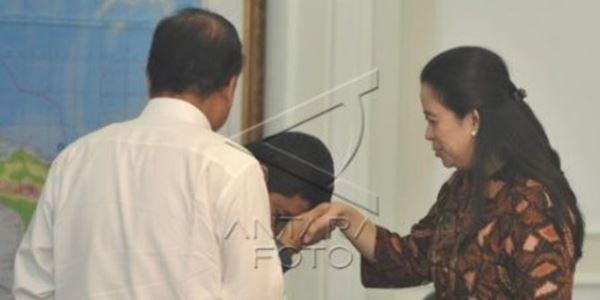 Sosmed Heboh dengan Beredarnya Foto Menteri Yuddy Cium Tangan Puan KabarDunia.com_Sosmed-Heboh-dengan-Beredarnya-Foto-Menteri-Yuddy-Cium-Tangan-Puan_cium tangan