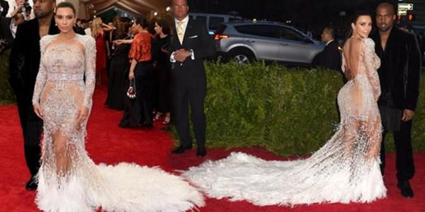 Pakai Gaun Transparan, Kim Kardashian jadi Sorotan di Met Gala