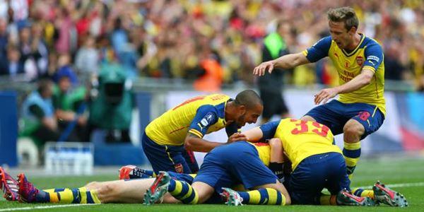 para pemain arsenal yang merayakan gol