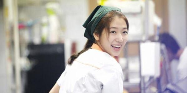 Meski Terkenal, Park Shin Hye Tetap Suka Bantu Restoran Orangtua