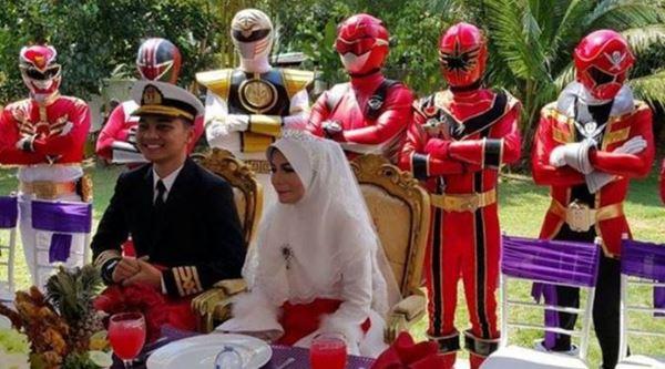 Tampil Beda, Pernikahan Orang Ini Dijaga oleh Power Ranger!
