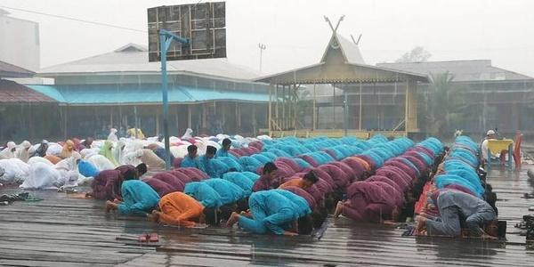 Alhamdulillah, Hujan Turun saat Pelaksanaan Salat Istisqa di Riau