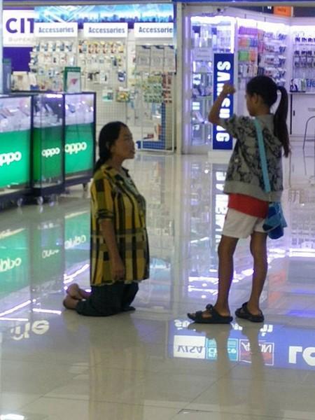 Tak Sanggup Belikan IPhone, Ibu Ini Berlutut sambil Dimarahi Anaknya 2