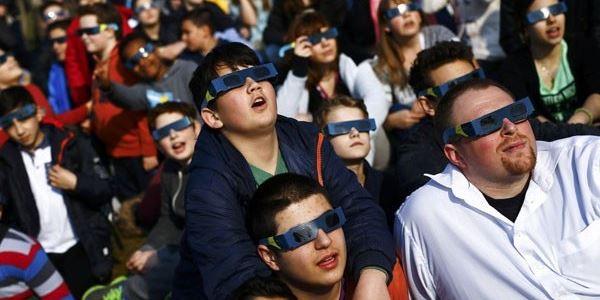 Awas! Lihat Gerhana Matahari Total Pakai Kacamata Abal-Abal Bisa Buta