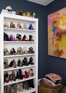 Anda bisa sulap rak buku jadi penyimpanan sepatu juga lho.