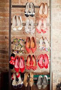 Anda juga bsa memanfaatkan tangga untuk menggantung sepatu Anda.