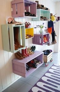 Simpan sepatu pada rak di dinding.