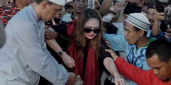 Tak Kuasa Lepas Olga Syahputra, Luna Maya Menangis di Atas Pusara
