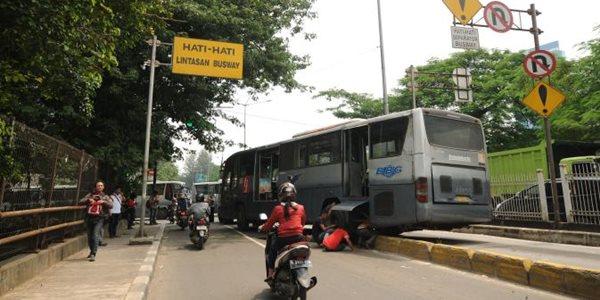 Diduga Sopir Mengantuk, Sebuah Bus Transjakarta Tabrak Separator