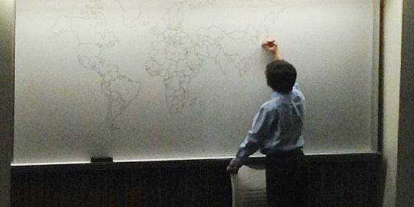 Keren! Bermodal Ingatan Bocah Ini Menggambar Peta Dunia Secara Detail