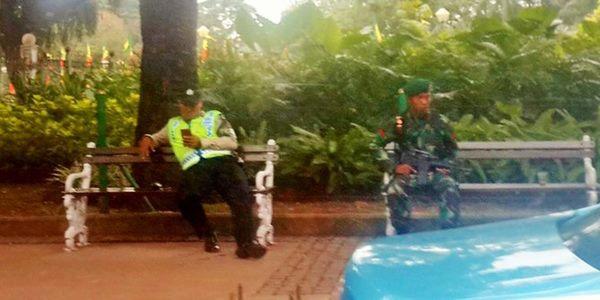 Netizen Heboh Akibat Foto TNI Pegang Senapan dan Polisi Pegang Ponsel