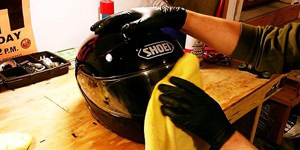 cara membersihkan helm