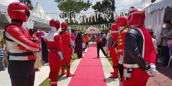 Tampil Beda, Pernikahan Orang Ini Dijaga oleh Power Ranger! 2