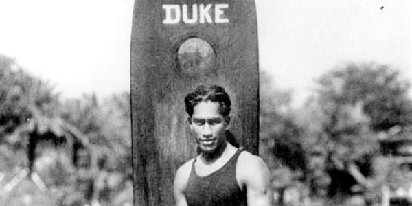 Mengenal Duke Kahanamoku, Sang Peraih Medali Emas dan Penemu Selancar