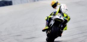 KabarDunia.com – Valentino Rossi kembali mencetak namanya ke puncak klasemen Moto GP 2015 setelah meraih kemenangan pertama di Sirkuit Silverstone Inggris, Minggu 30-08-15. Pada saat balapan tersebut sempat terjadi insiden tergelincirnya Marc Marquez yang akhirnya mengantarkan Valentino Rossi pada urutan pertama. Kemenangan Valentino Rossi tersebut juga mengungguli rekan satu timnya Jorge Lorenzo. Balapan Moto GP 2015 di Sirkuit Silverstone Inggris tersebut tidak sesuai dengan jadwal semula karena perubahan cuaca yang terjadi sehingga mengharuskan para pembalap untuk memasang ulang dengan ban basah, sehingga memakan waktu sampai 25 menit baru di mulai kemudian. Balapan tersebut berlangsung sangat sengit, di mana Lorenzo dengan cepat mengambil posisi paling depan dari rivalnya yakni Marquez. Pol Espargaro juga menunjukan kempampuannya dengan start dengan sempurna sehingga dia merapat ke posisi tiga setelah Lorenzo dan Marquez. Pada lap kedua pertandingan, Rossi menunjukan kesungguhannya dengan merebut posisi terdepan, dia melesat bagaikan angin. Rossi yang awalnya pada posisi ke empat langsung menuju posisi terdepan hanya dalam kedipan mata. Sampai pada lap ke empat Rossi masih di bayang-bayangi ketatnya persaingan dari belakangnya Lorenzo dan Marquez. Persaingan antara Rossi dan Marquez masih berlangsung hingga lap ketujuh, sedangkan Lorenzo semakin tertinggal jauh dibelakang mereka, bahkan Lorenzo tertinggal ke posisi lima pada lap kedelapan setelah Dani Pedrosa dan Daniel P. Mendahuluinya dengan sekejap. Pada Lap ke-12 persaingan Rossi dengan Marquez pun selesai setelah Marquez tergelincir dan keluar dari lintasan balapan. Setelah itu Rossi semakin tidak terkejar oleh pembalap lainnya dan akhirnya Rossi memenangi balapan di sirkuit Silverstone Inggris tersebut.