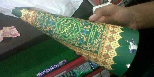 Minimarket Ini Kedapatan Jual Ratusan Terompet Berbahan Cover Al Quran! 2