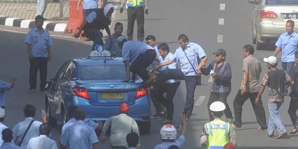 Beri Kompensasi Demo Kemarin, Hari Ini Naik Taksi Blue Bird Gratis!