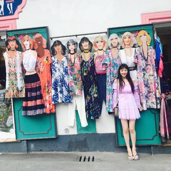Sulli Pose Cantik Dengan Poni Baru Untuk Pemotretan CéCi Korea
