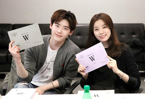 Lucunya Han Hyo Joo Bertemu Lee Jong Suk Pertama Kali di Drama 'W'