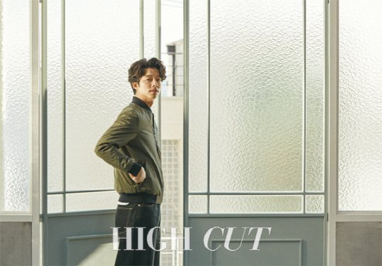 Senyum Manis, Begini Penampilan Casual Gong Yoo di 'High Cut'