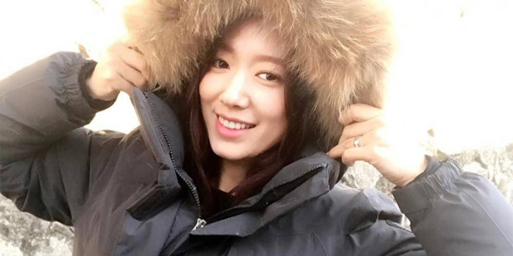 Park Shin Hye gifted the entire staff of 'Silence' with winter jackets.   She gave each one of them the jackets herself, making the mood of the movie filming ever better than it was. The below photos show the staff wearing the jackets as they smile, obviously appreciative of the warm, winter coasts.   The movie 'Silence' features Choi Min Sik, Ryu Joon Yeol, and Park Shin Hye. Park Shin Hye plays the role of a lawyer Hee Jung in the movie.